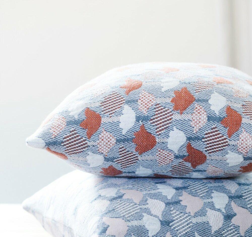 lapuan_kankurit_tulppani_by_helmi_liikanen_pillows